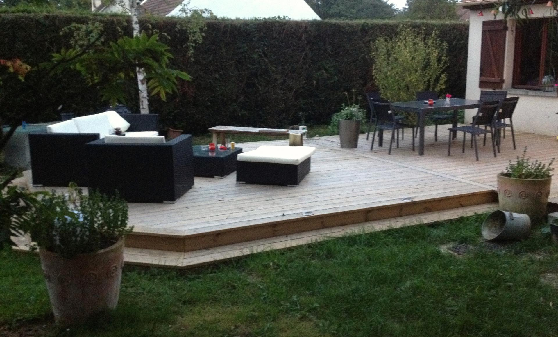 Terrasse bois avec une marche id es sur les parcs et for Fabriquer une marche en bois